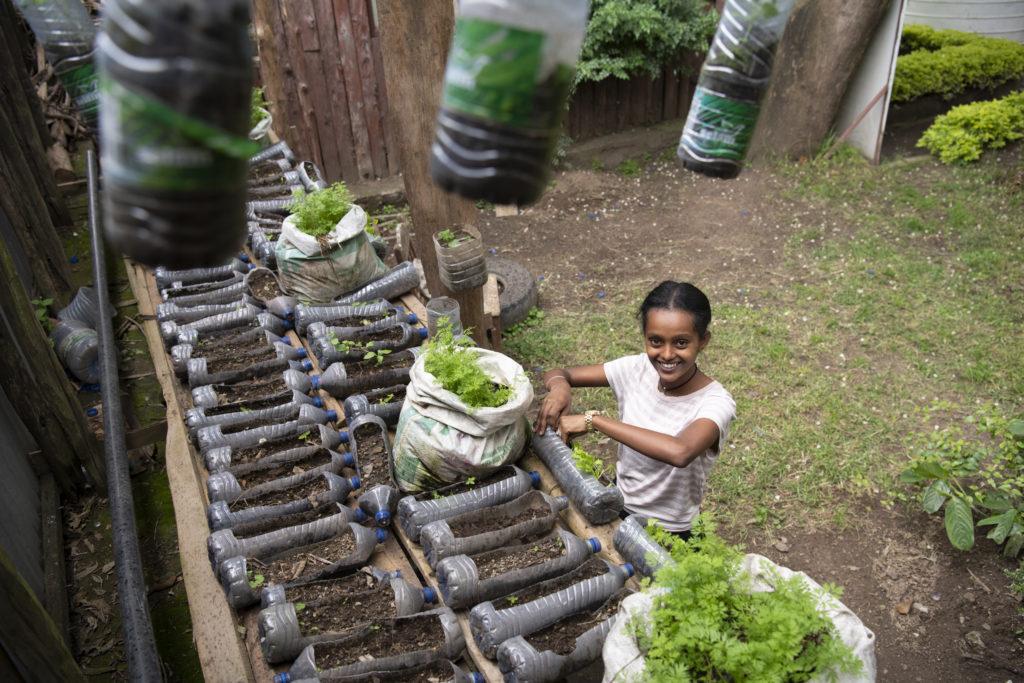 Kalkidan jobber med plastprosjektet i Beseko Ilala